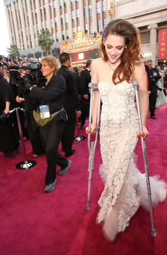Oscars Recap // Ammo the Dachshund - Kristen Stewart on Crutches